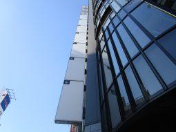 高田馬場店舗ビル、看板設置工事が進んでおります